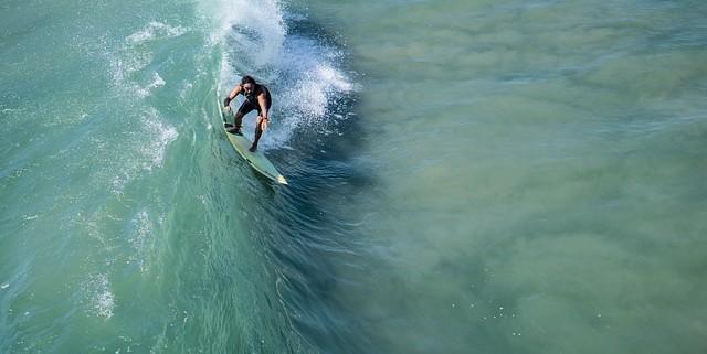 Imagen de un surfista en el mar