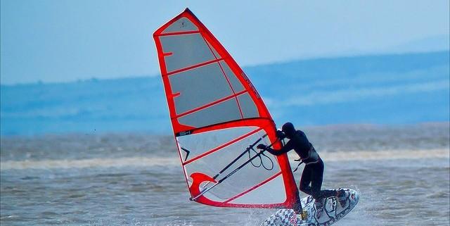 Imagen chico practicando windsurf