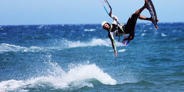 imagen chico practicando kitesurf
