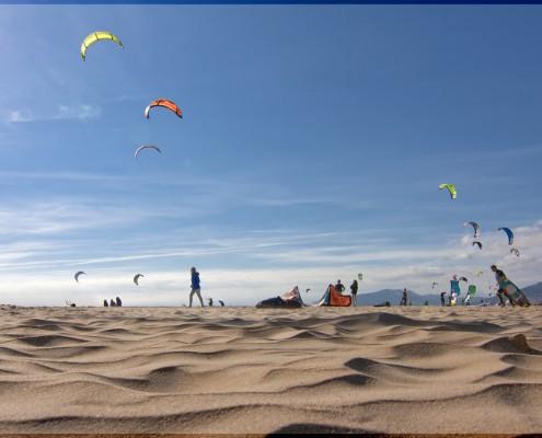 Imagen playa tarifa con cometas de kite