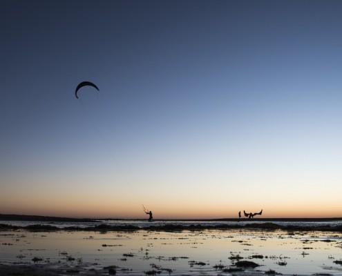 imagen de una playa mientras surfean