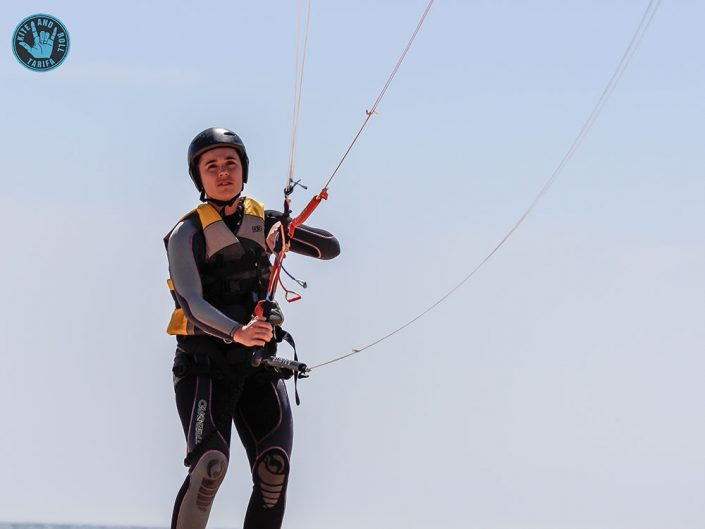 alumna practicando kite en tierra