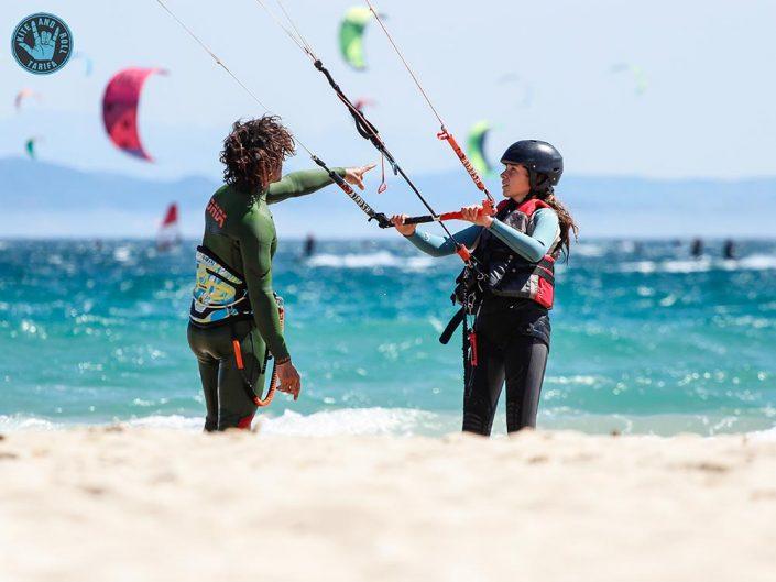 instructor con alumna en agua