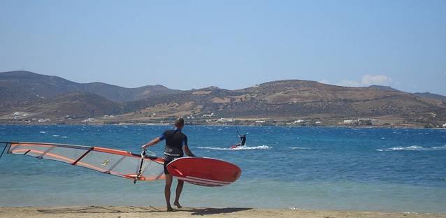 Deportista haciendo kitesurf aprovechando uno de los tipos de viento