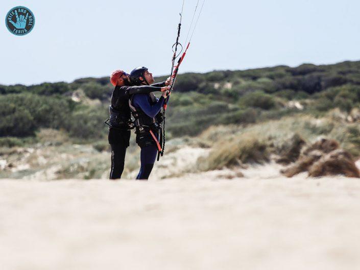 monitor de kitesurfing con su alumno