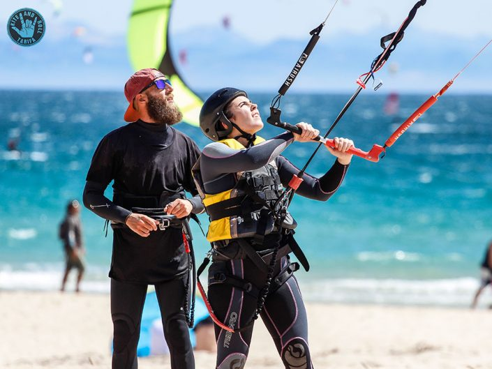 Monitor de kitesurf con alumna